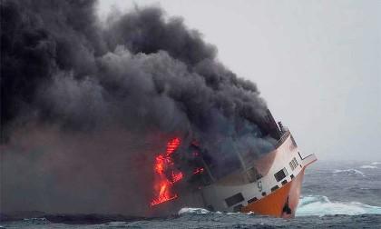سفينة محترقة تحمل سيارات بورش وأودي